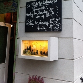 Restaurant Mädchenitaliener: menukaart in modelbouwvitrine