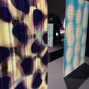 Glas met dubbelzijdig geprinte patronen die 'bewegen' als je er langs loopt